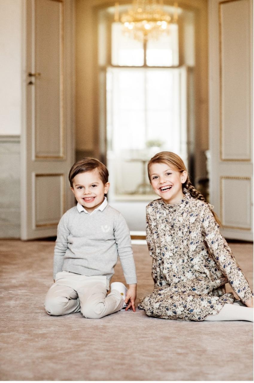Los dos hermanos posan con motivo del octavo cumpleaños de Estelle.