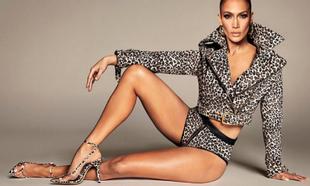 Jennifer Lopez con una de las sandalias que forman parte de su...