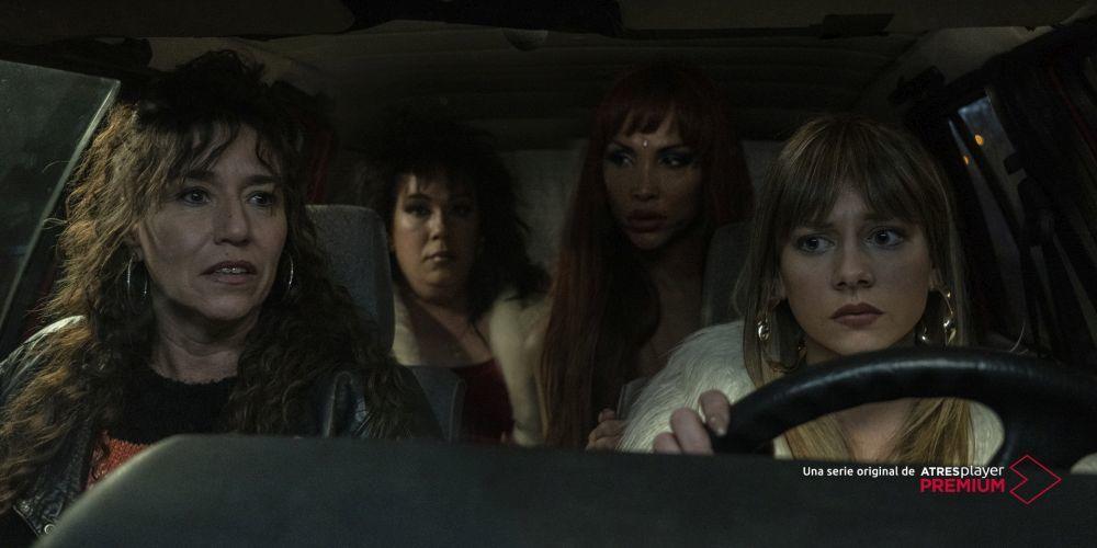 """Lola Dueñas y Ester Expósito, en primer plano, también aparecen en la serie """"Veneno""""."""