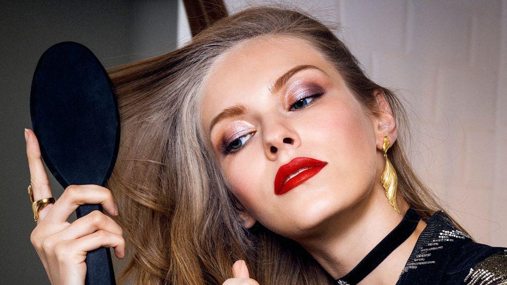 Cepilla tu pelo antes de lavarlo para evitar daños en el cuero cabelludo al desenredarlo después de lavarlo.