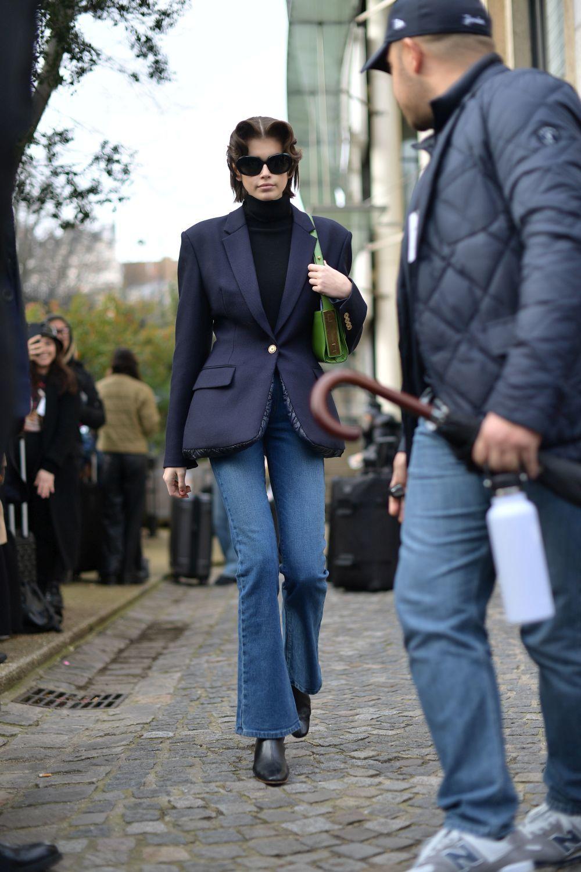 Kaia Gerber con jeans de estilo setentero.