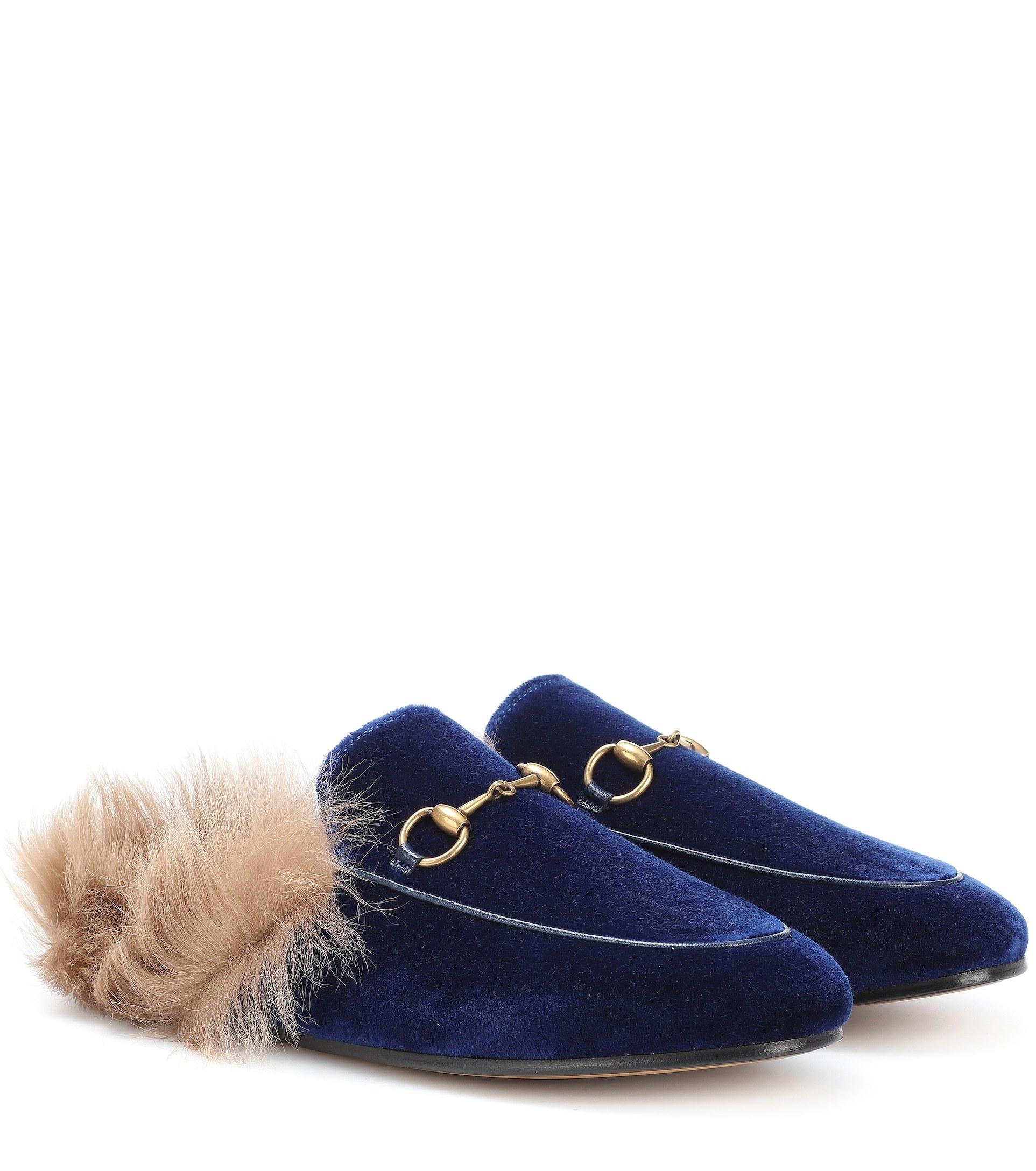 Modelo <em>Princetown</em> de terciopelo azul noche (695 ¤) Gucci.