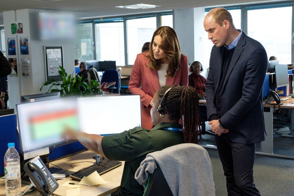 Los duques de Cambridge visitando el servicio de ambulancia de...