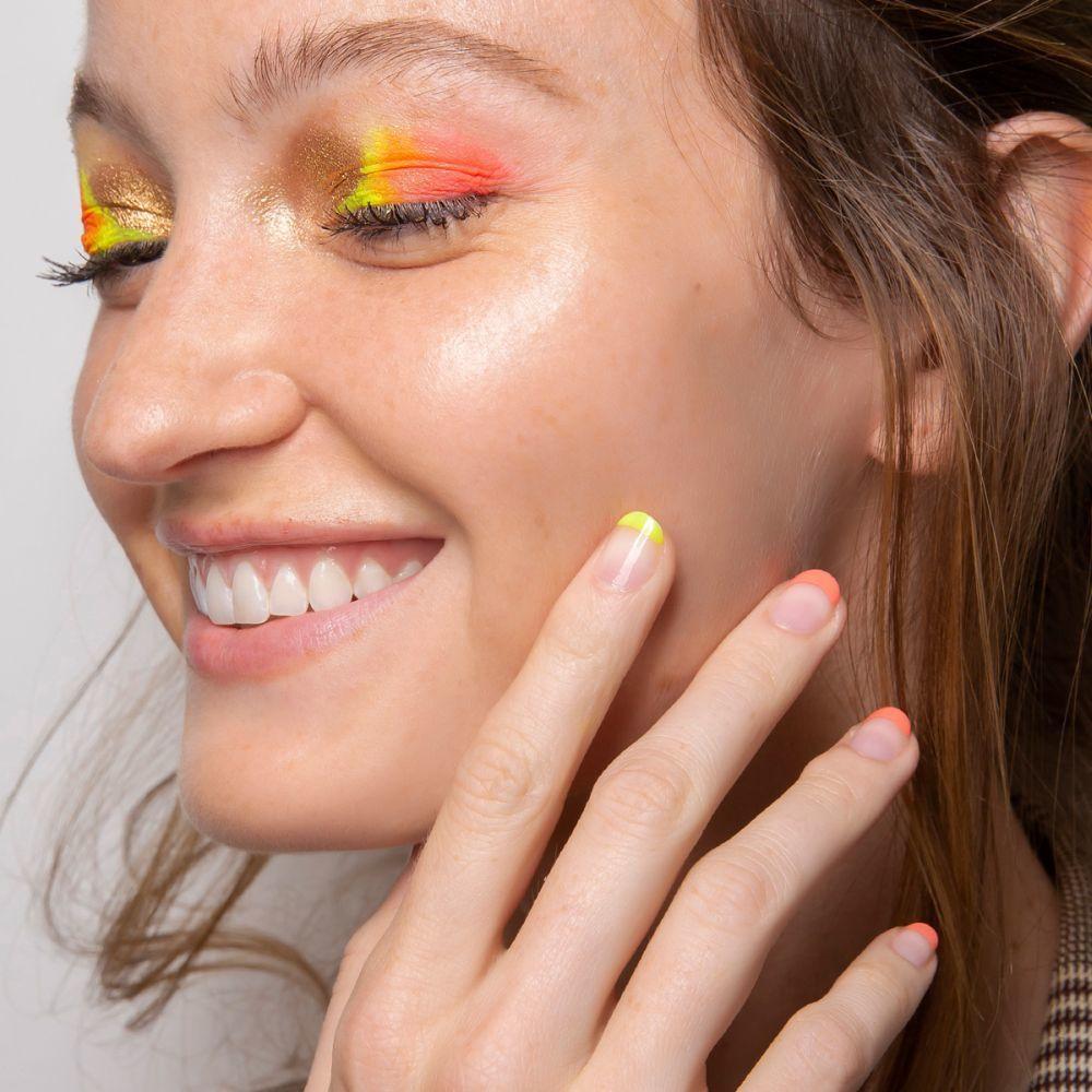 Y Miller propone una manicura francesa con el borde en amarillo y naranja a juego con las sombras de ojos para el próximo verano.
