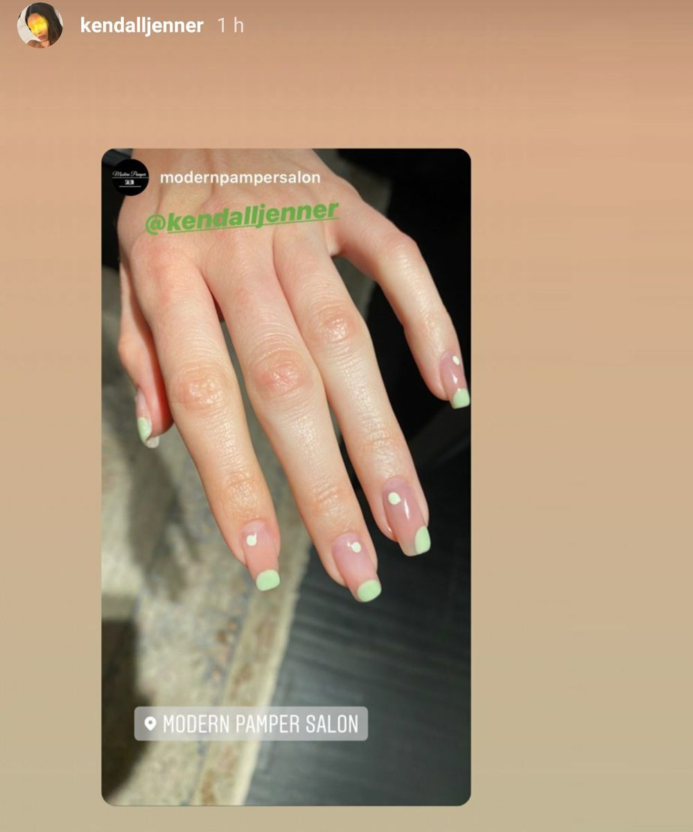 Kendall Jenner elige un diseño de nail art también con el amarillo como tono protagonista con topos y lunares en este tono en su versión más flúor.