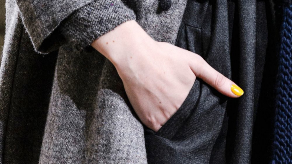 Rompe tus looks más grises y con tu tristeza, apostando con un toque...