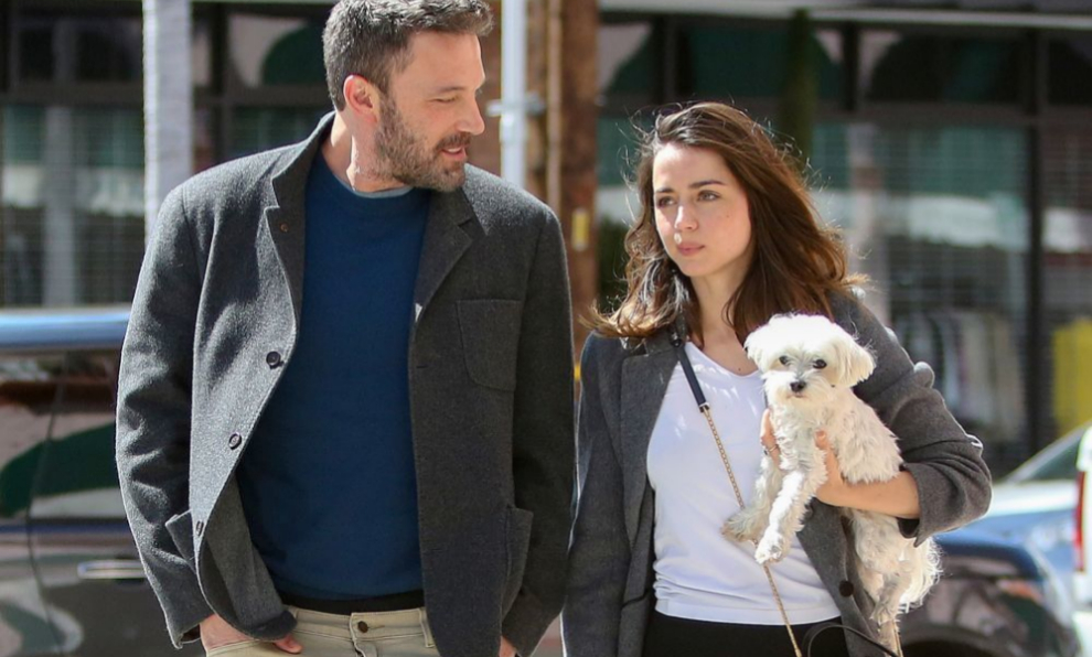 Ana de Armas saca a su perro a pasear junto a Ben Affleck.
