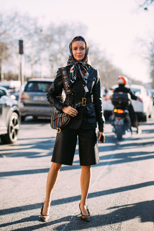 Look de street style durante la semana de la moda de París.