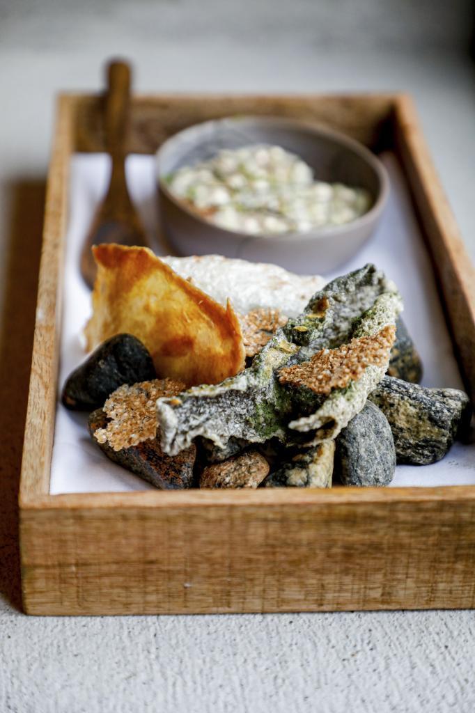 Sofisticado plato de pieles de pescado deshidratadas en el restaurante...
