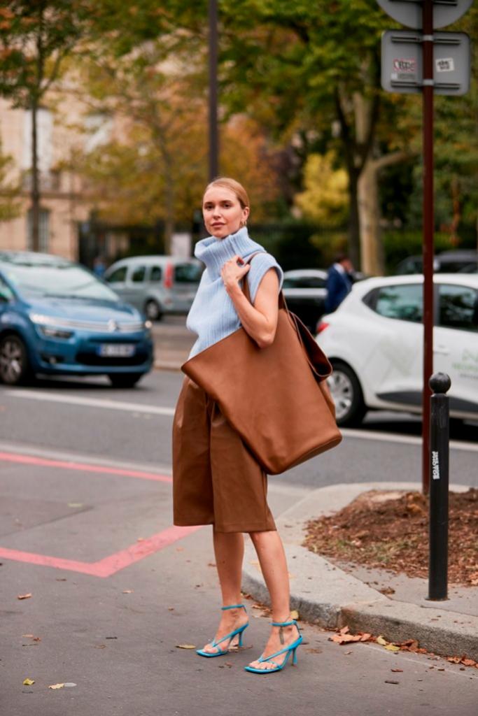 Look en las calles de París durante la Fashion Week donde se...