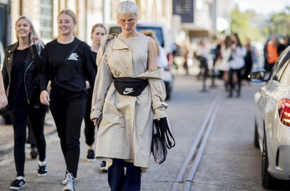 Los cortes pixie muy cortitos sobre pelo blanco triunfan en los looks de street style.
