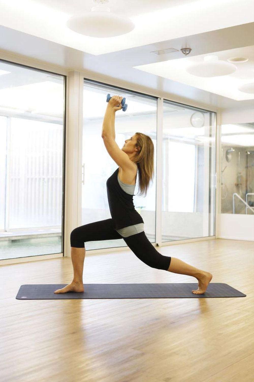 Stacy Viva practicando con sus pesas