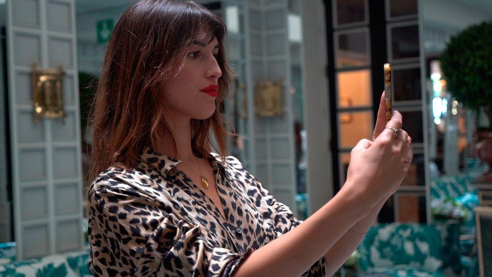 Jeanne Damas es otra de las influencers parisinas que se atreve con la belleza Do It Yourself.
