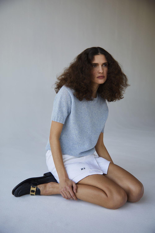 Si secas tu pelo con tu secador, hazlo con la temperatura y la potencia bajas para combatir el frizz y que tus rizos se deshagan.