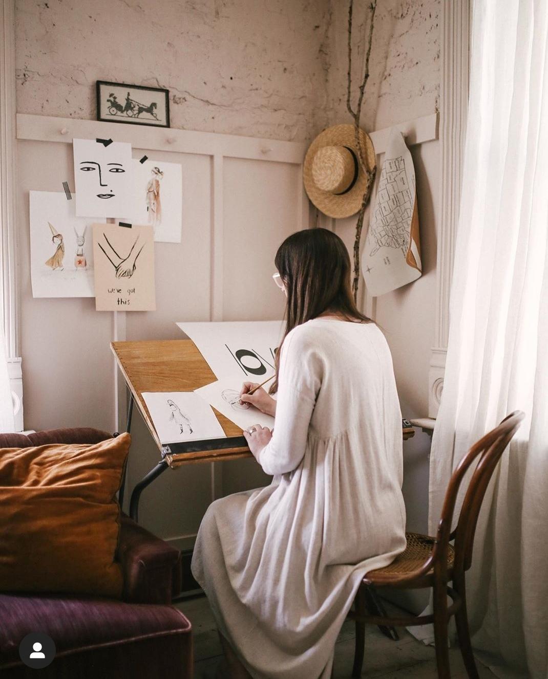 La artista Merrilee Liddiard trabajando en su estudio.