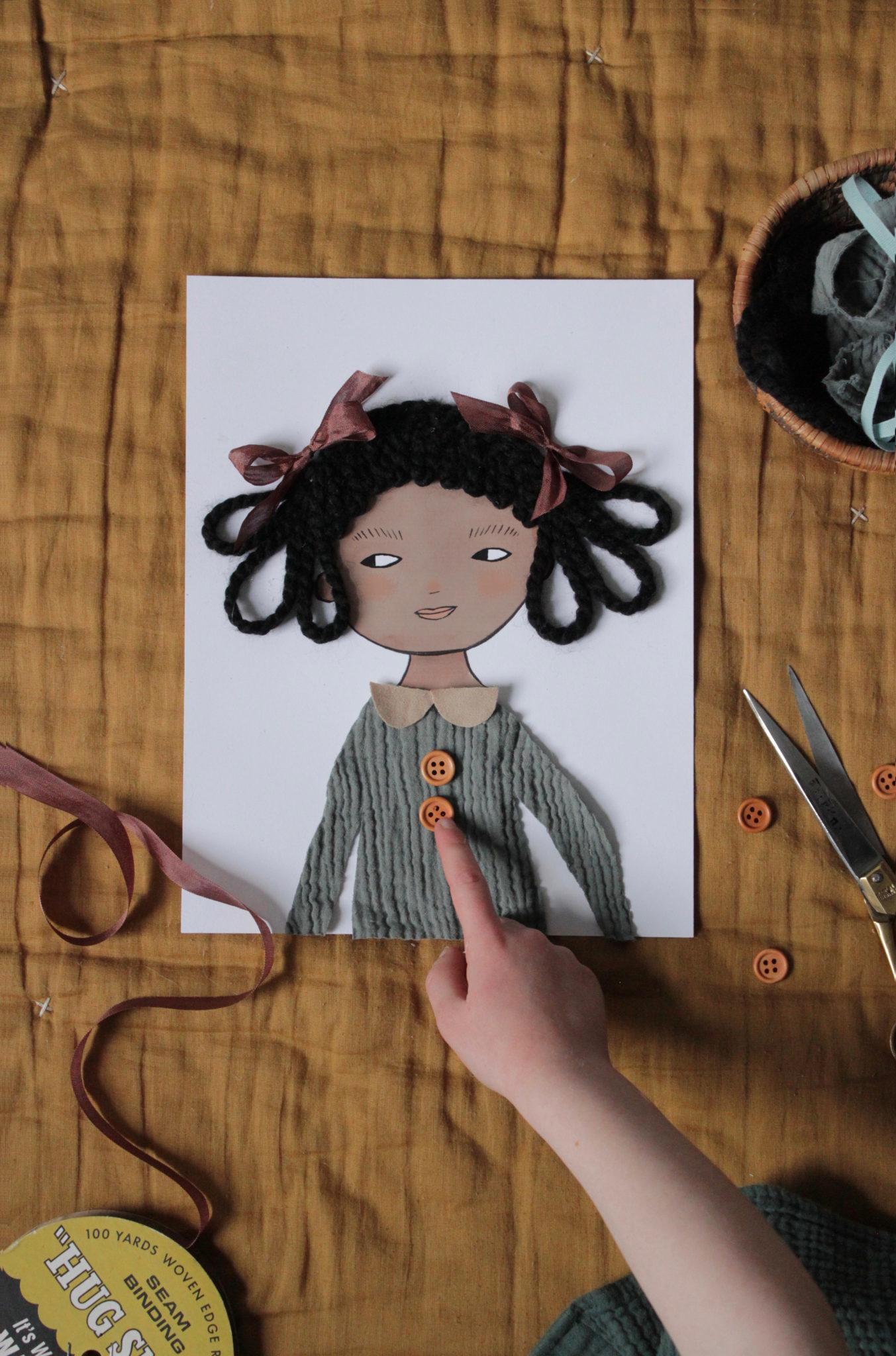 Una muñeca de Merrilee Liddiard hecha con telas y botones. ¡Súper...