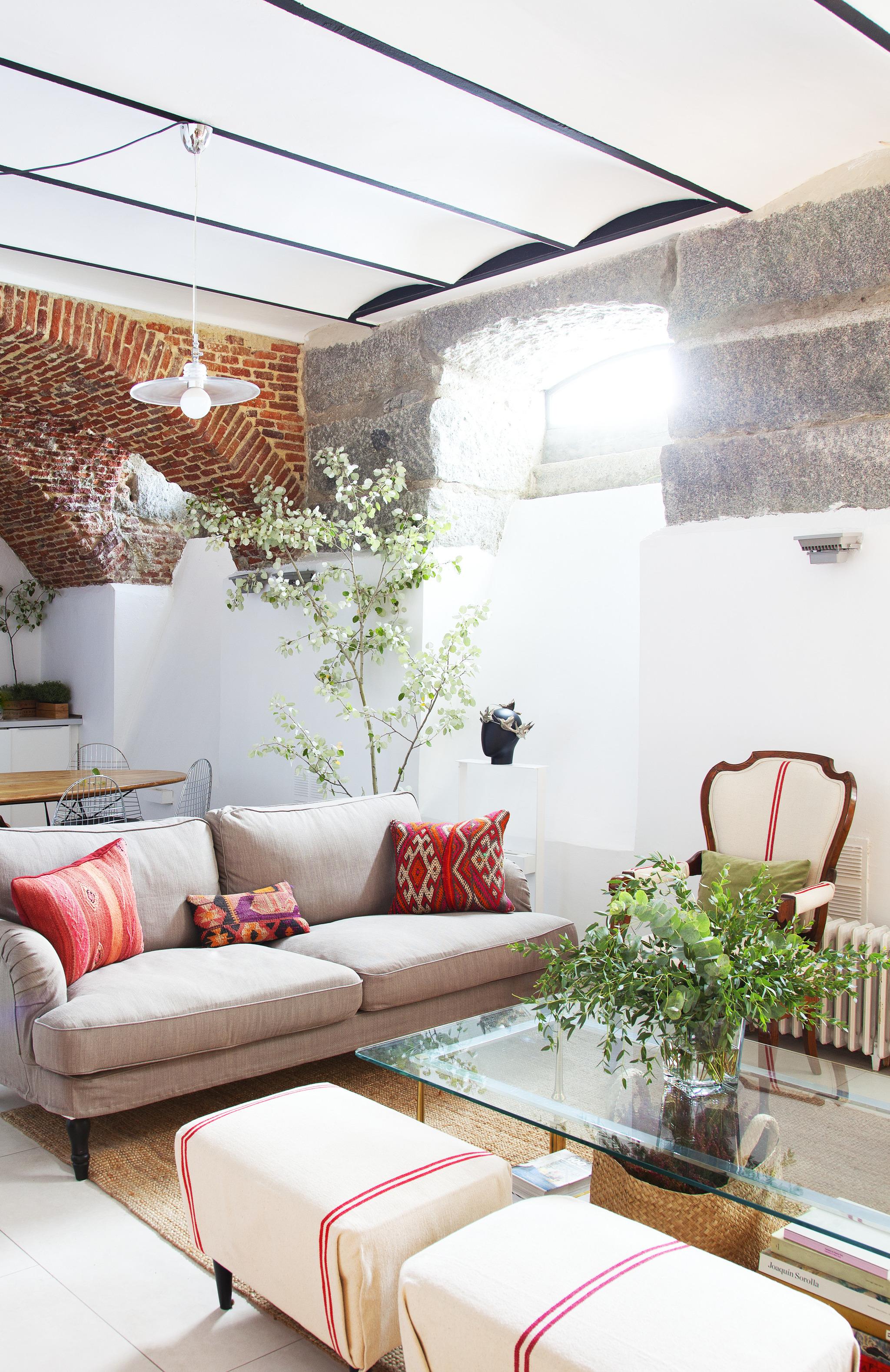 En el salón, sofá de Ikea, mesa de centro heredada, flores de Be Water y butacas antiguas retapizadas con tejido comprado en Ribes y Casals.