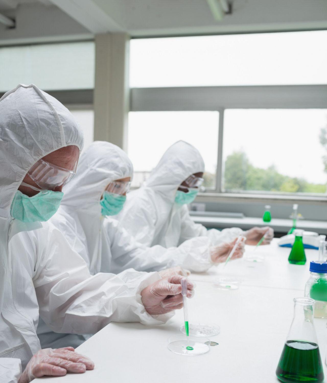 Científicos de varios países trabajan contra-reloj buscando una vacuna contra el coronavirus.