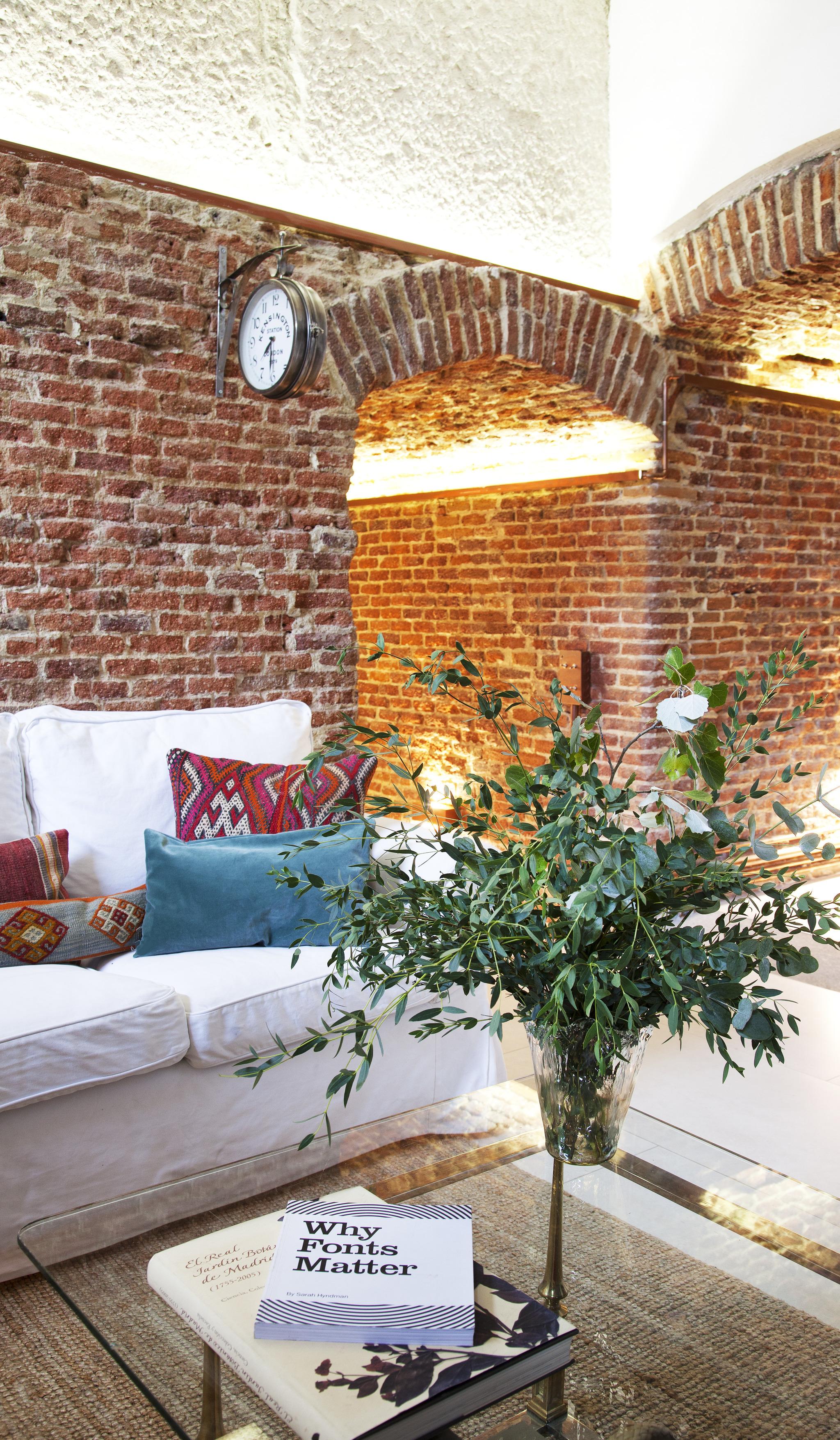 En el salón, sofá de Ikea, almohadones marroquíes y flores de Be Water.