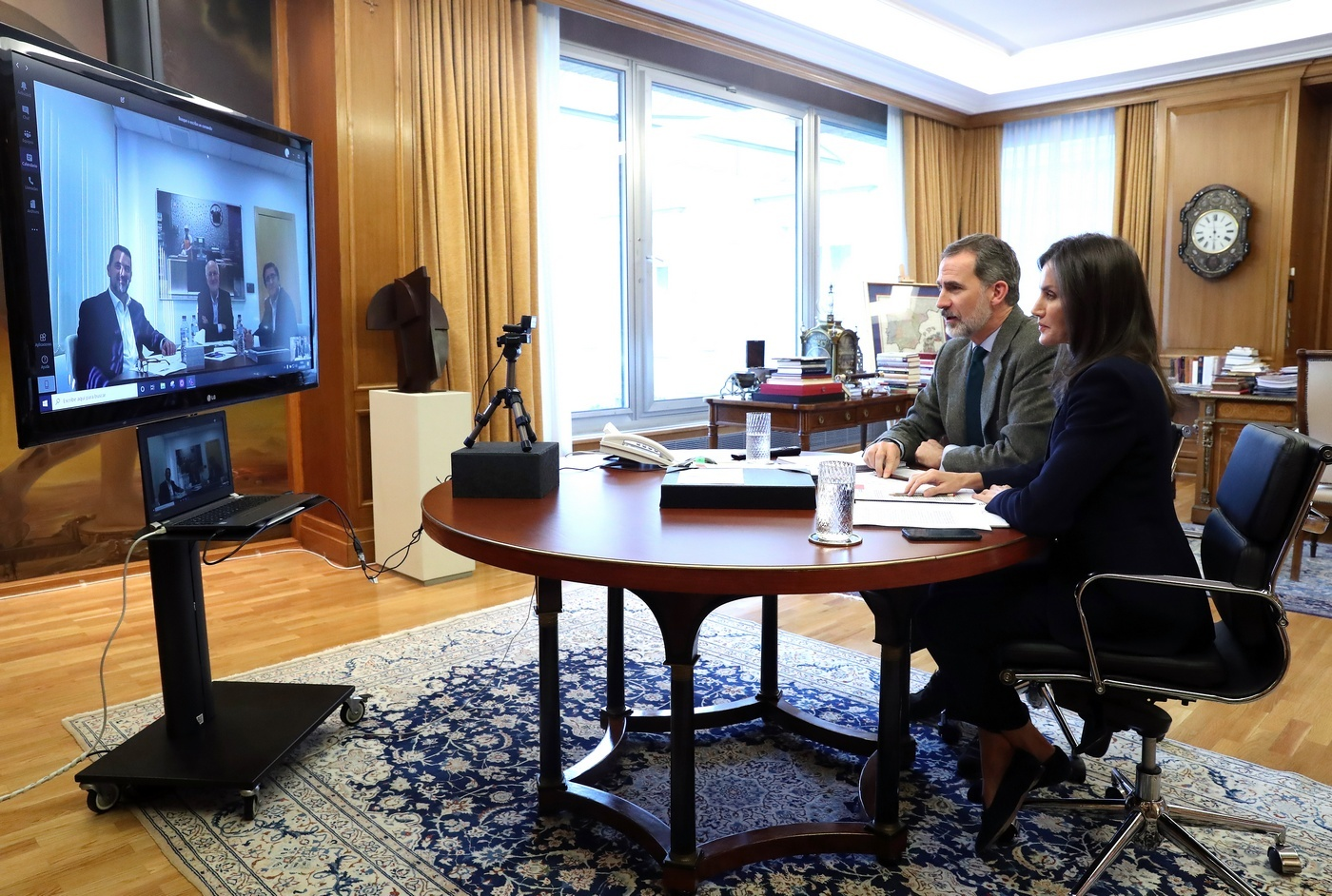 Un momento de la videoconferencia de los Reyes con el presidente de Mercadona, Juan Roig.