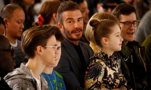 David Beckham con sus hijos Romeo, Cruz y Harper en el desfile de su...