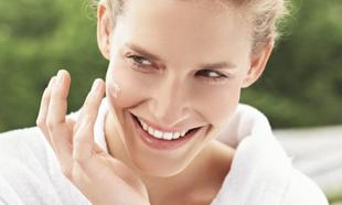 Para atenuar, corregir o disimular las marcas en el rostro.