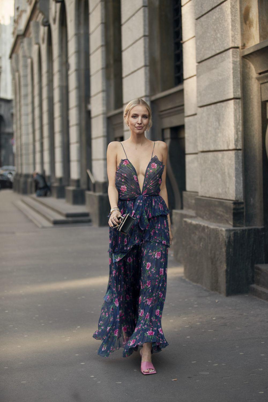 Leonie Hanne con un vestido largo de flores.