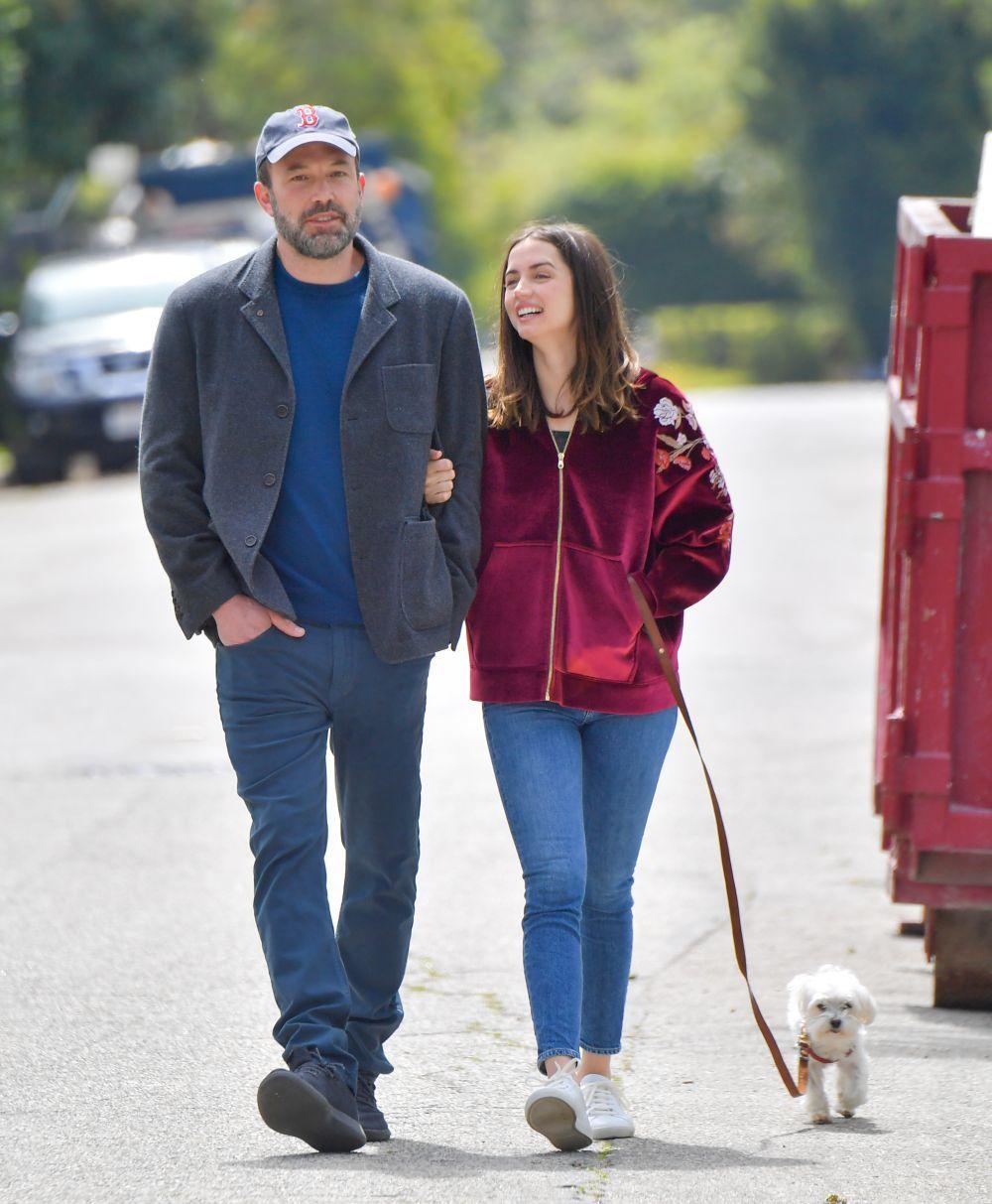 Ana de Armas pasea a su perro junto al actor Ben Aflleck.