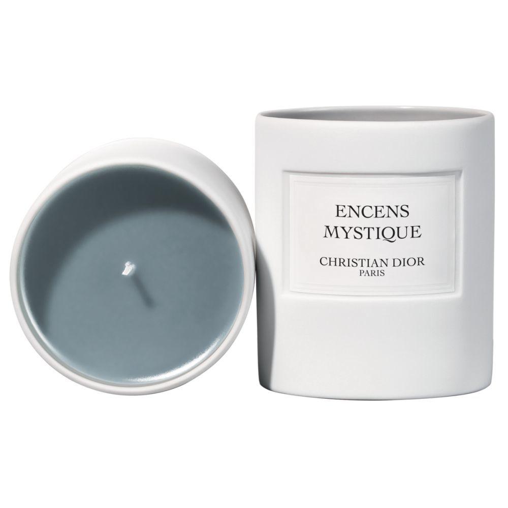 Vela Encens Mystique de Dior (75 euros) con notas amaderadas de incienso para crear una atmósfera mágica en tu baño.