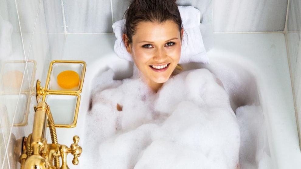 Sigue nuestro plan para convertir tu bañera en un spa improvisado.