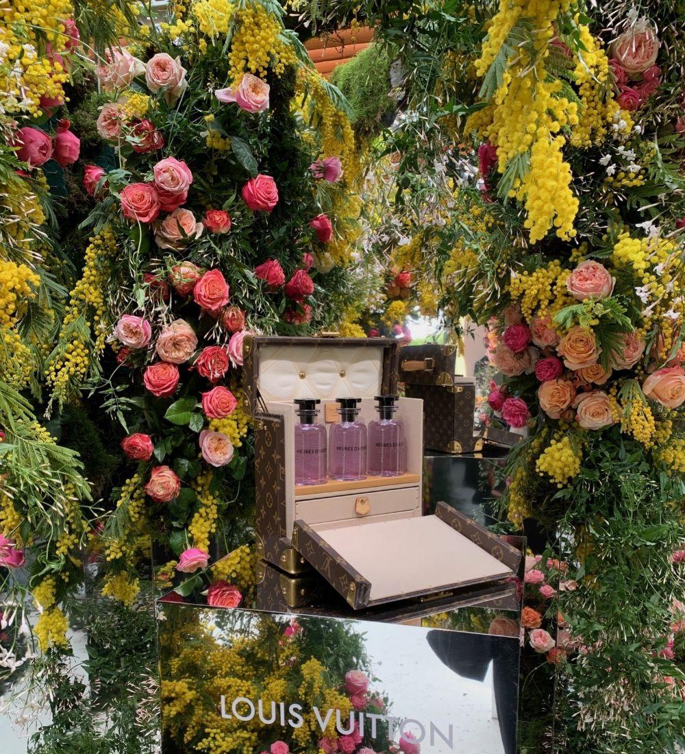 La nueva fragancia, Heures dAbsence, rodeada de flores.