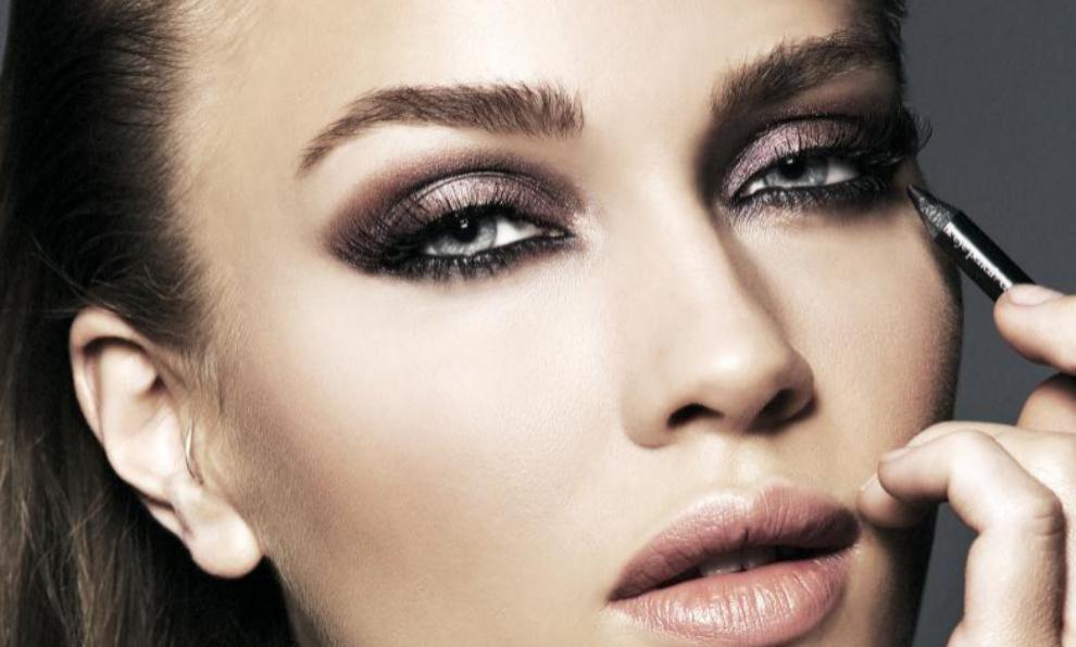 El maquillaje de ojo ahumado es un clásico que nunca pasa de moda.