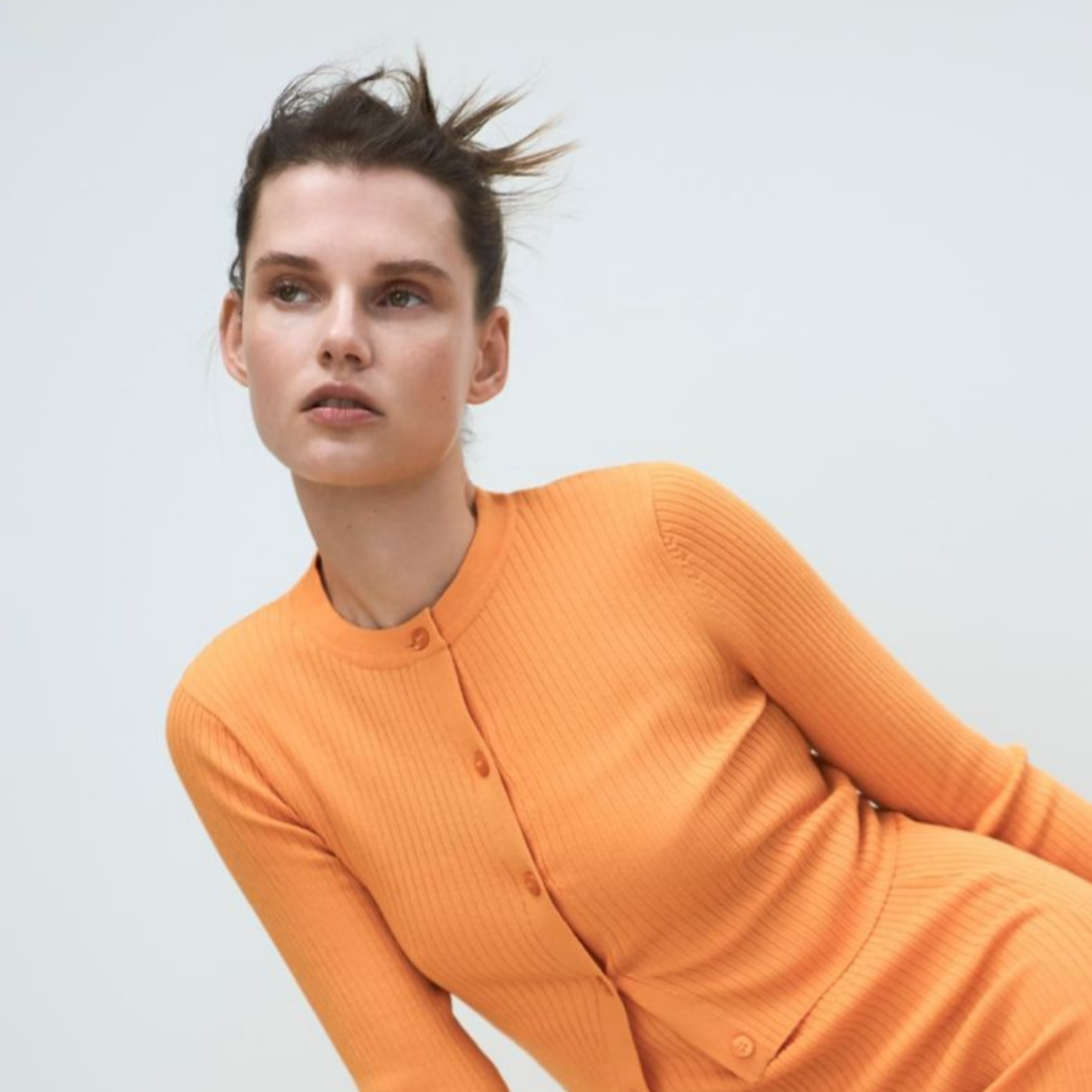 Nos encanta un moño como este de Zara, con efecto despeinado fácil y rápido de hacer.