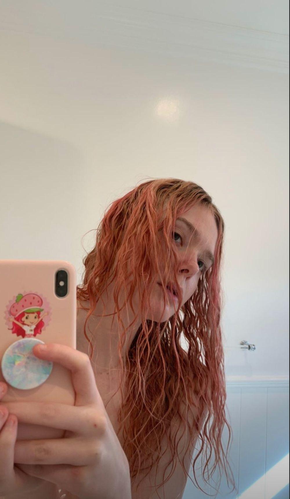 Elle Fanning con un sorprendente cambio de look de pelo rosa durante su cuarentena con el que nos ha sorprendido en casa.
