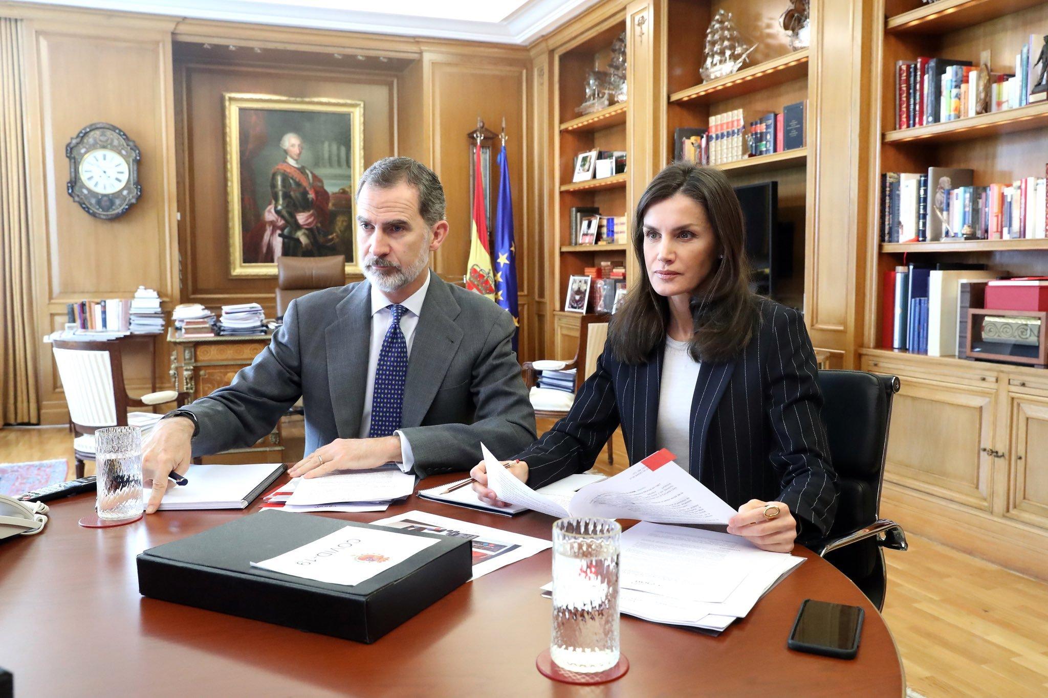 Los reyes de España en videoconferencia con el presidente de Caritas, Manuel Bretón.