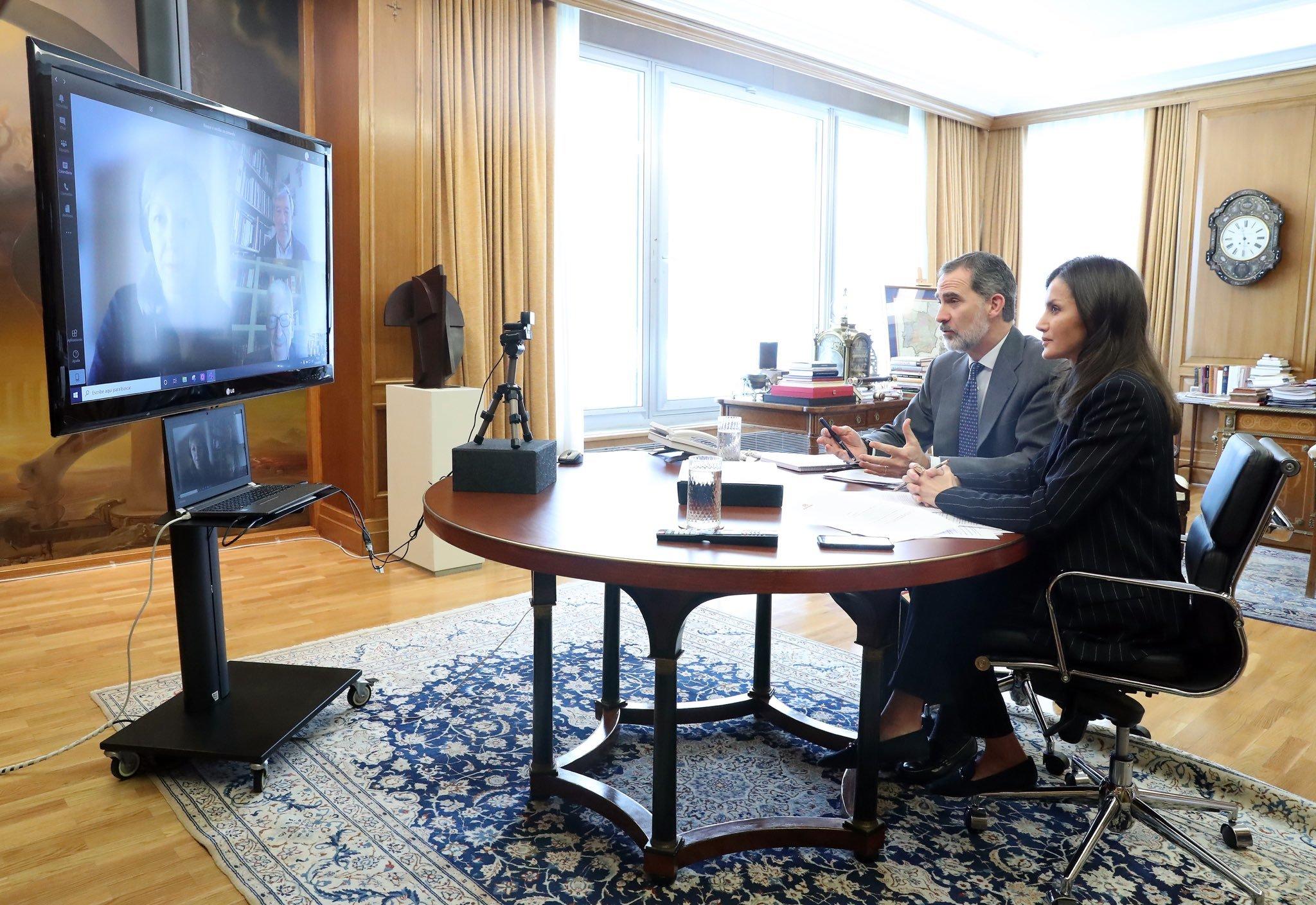 Vista del despacho del rey Felipe VI durante la videoconferencia donde se aprecia el calzado plano de la reina.