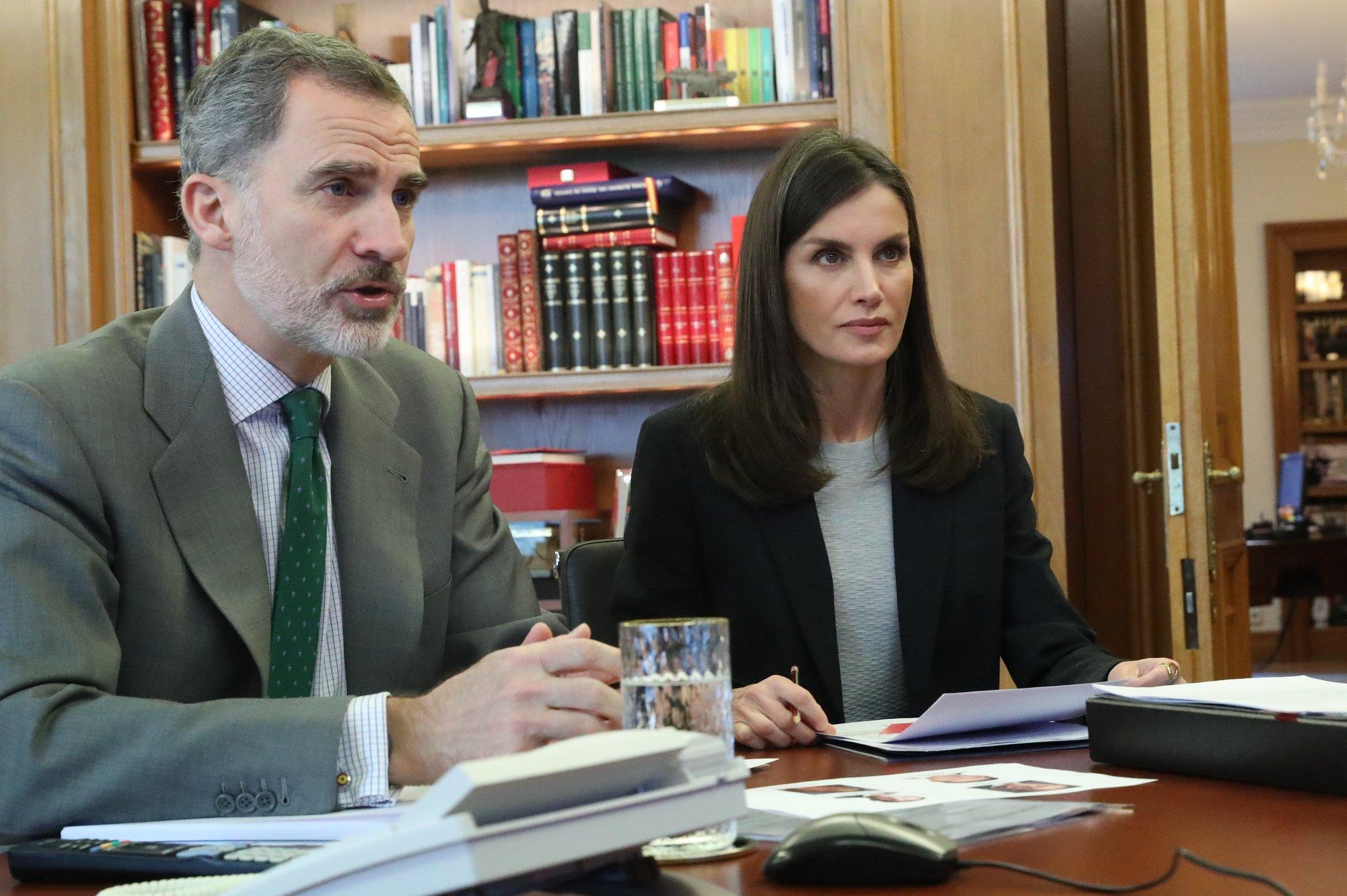 Los reyes de España teletrabajando desde Zarzuela.