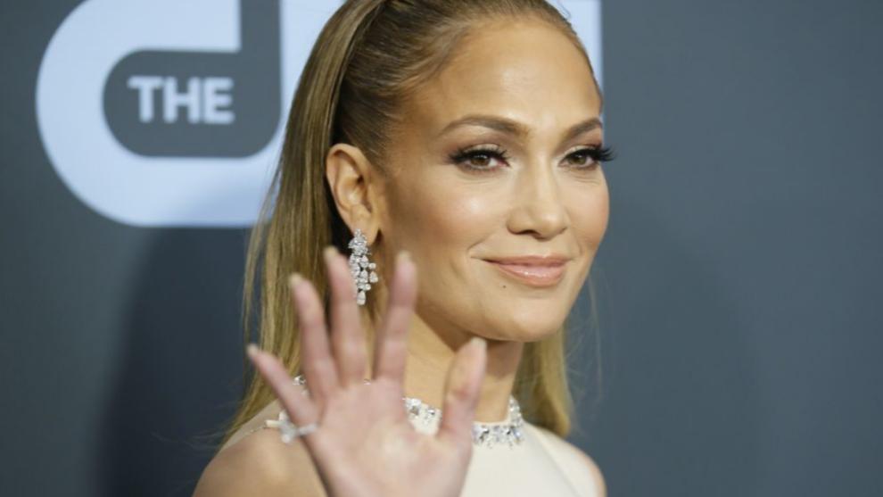 Jennifer Lopez cuida sus uñas y su manicura dentro y fuera de casa.