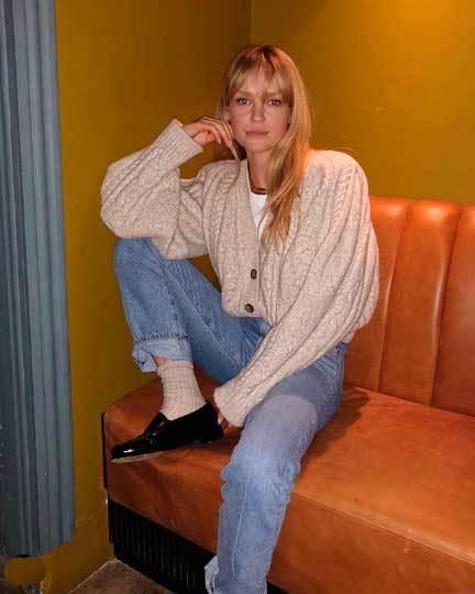 Jeanette Madsen en su casa con boyfriend jeans.