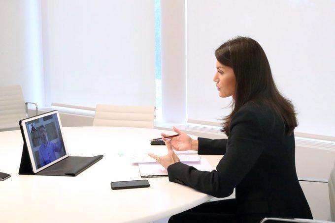 La reina en videollamada con el presidente de Fasocide.