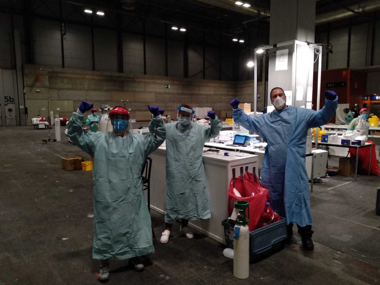 Puri Vicente junto a algunos compañeros de su control, en el hospital de Ifema de Madrid.