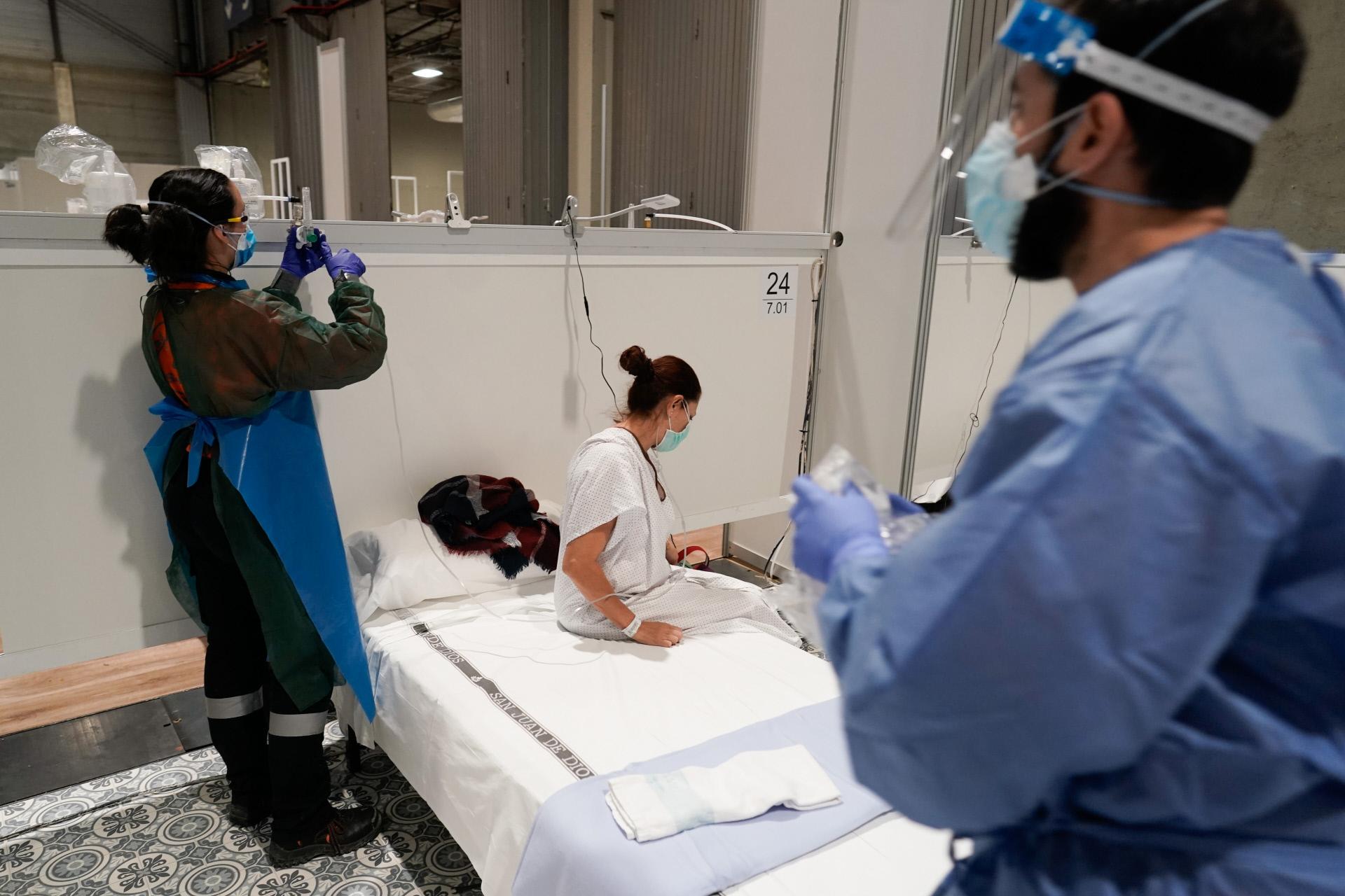 Varios sanitarios atendiendo a una paciente en el hospital de Ifema.