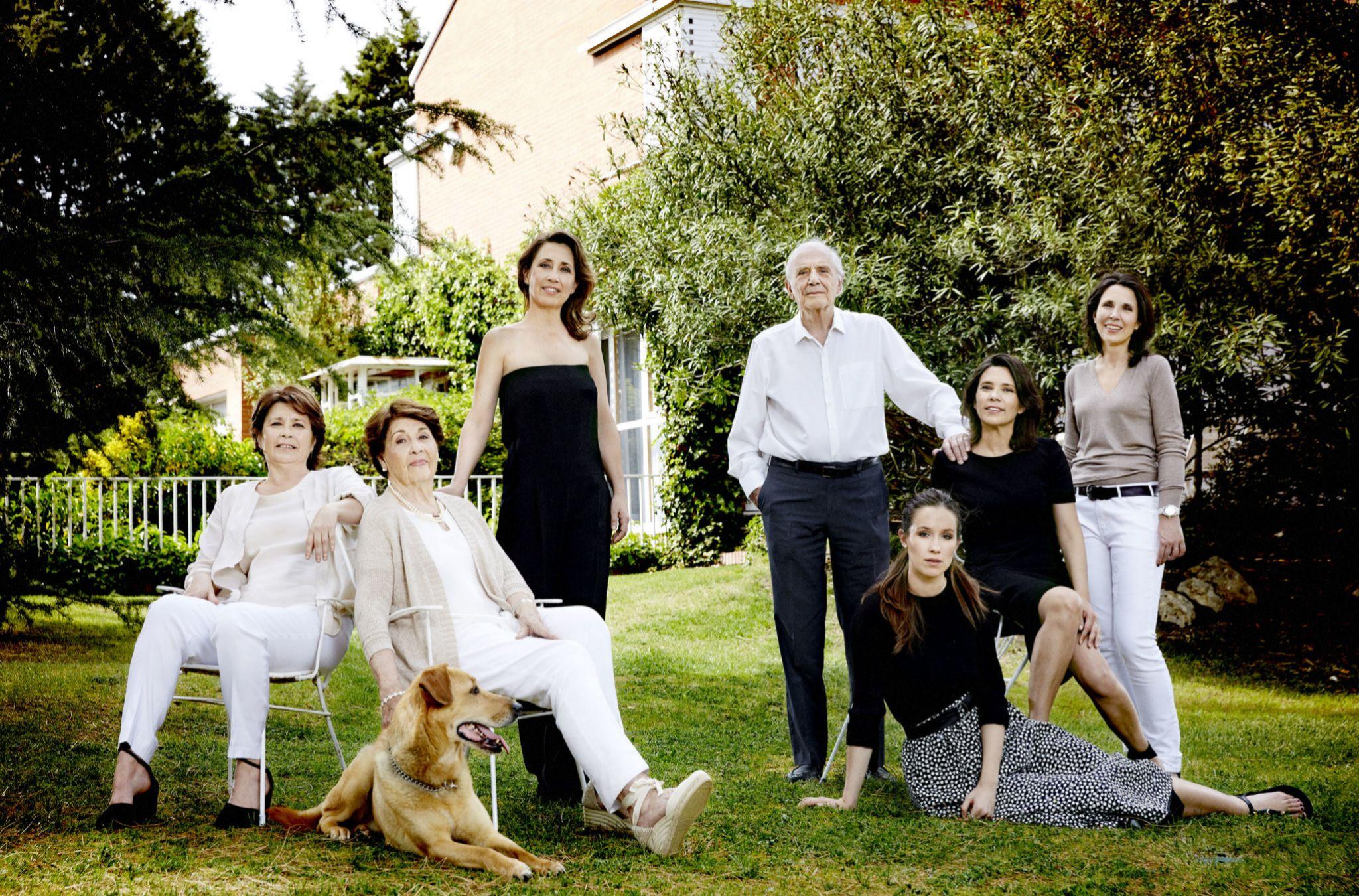 José Luis Olaizola con su mujer, Marisa (junto a su perro, Lago), sus...