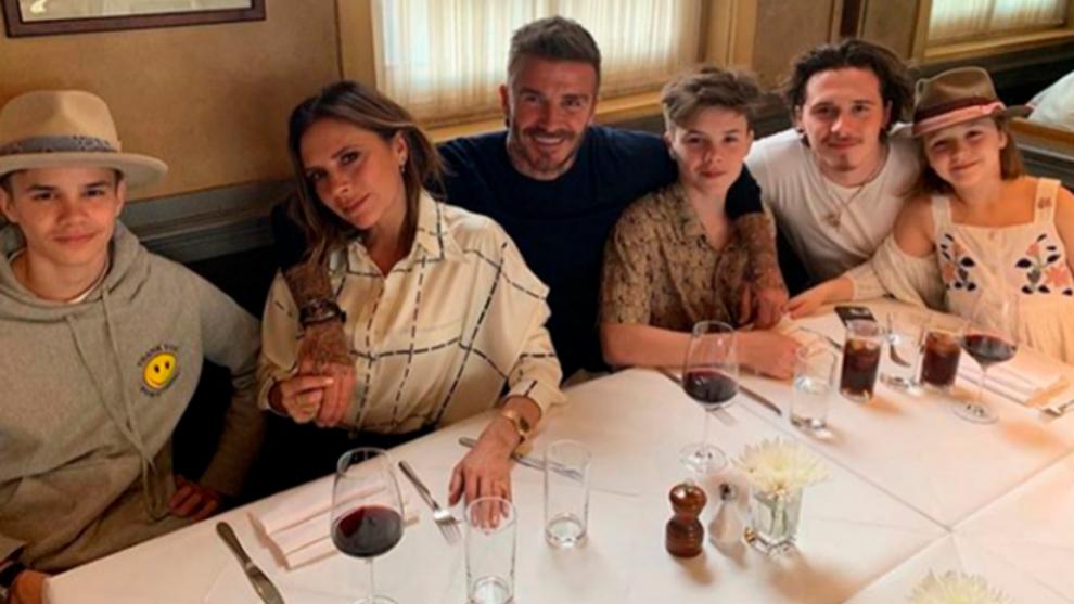 David y Victoria Beckham con sus cuatro hijos.