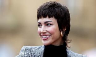 Úrsula Corberó ha demostrado sus dotes cortándose el pelo ella...