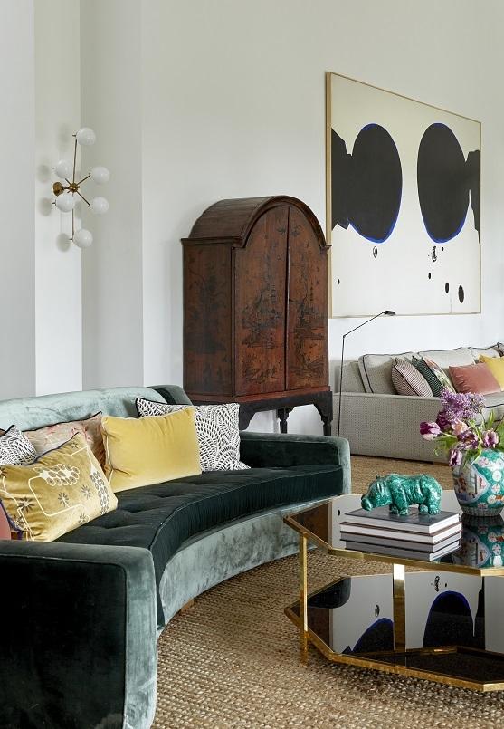 En el salón, sofá con terciopelo de Dedar y mesa de Isabel López-Quesada. Hipopótamo de malaquita de Berenis y jarrón de ILQ. El cabinet es de finales del siglo XVIII de los Gusano.