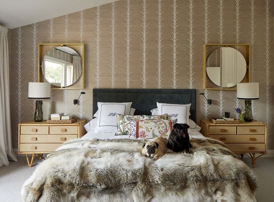 En la pared, rafia de Schumacher, moqueta de ILQ, cabecero de terciopelo de Brochier, y manta de coyote. A los lados de la cama, cómodas de bambú años 50 y lámparas del showroom de Isabel. Espejos de Jon Urgoiti.