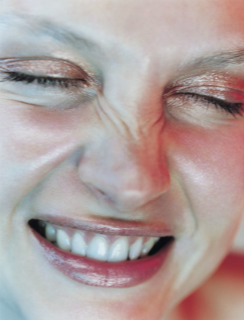 Aplica el tónico para tu piel con rosácea con ayuda de tus dedos evitando el arrastre con los algodones que podrían causar irritación en tu piel.
