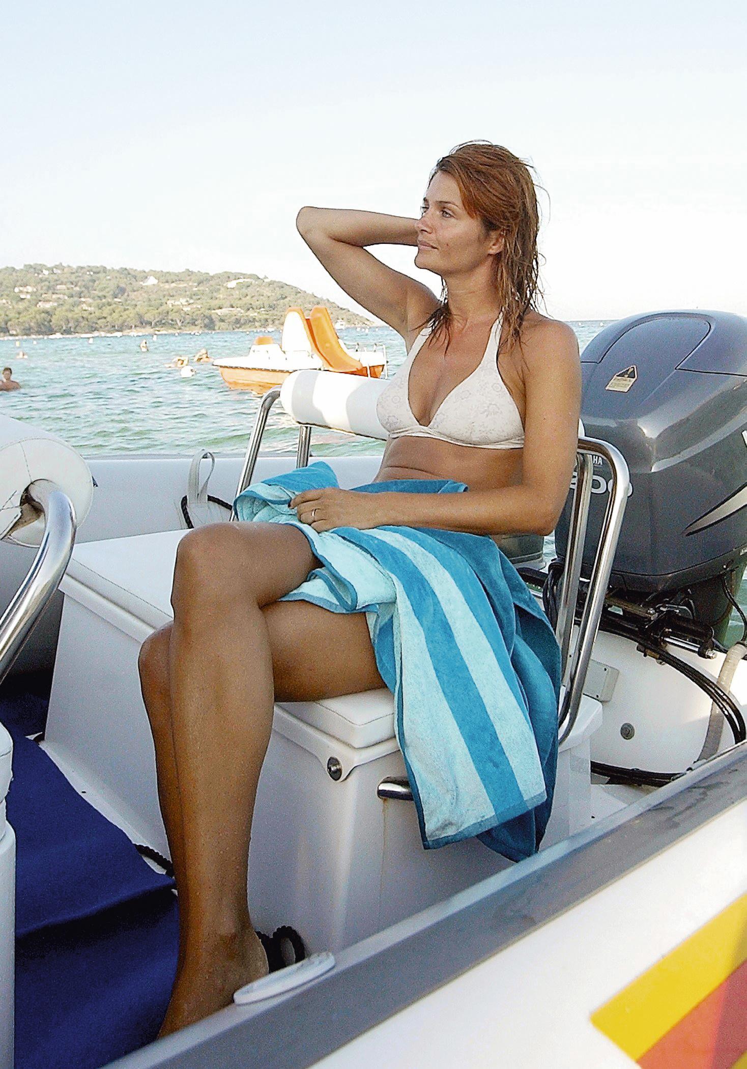 La modelo Helena Christen bañandose en la playa durante sus...