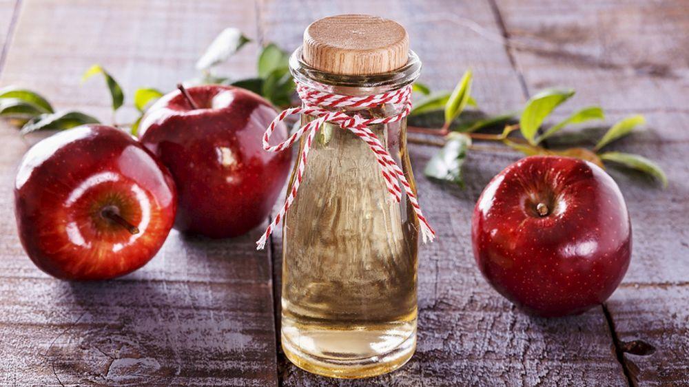 El vinagre de manzana protege tus manos de la sequedad y las grietas.